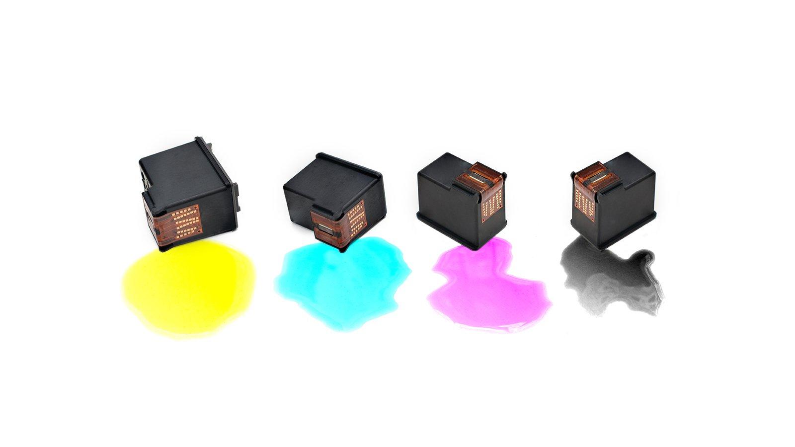 delle cartucce con davanti dell'inchiostro colorato