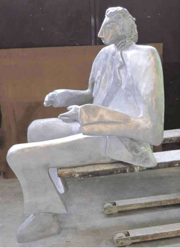 statua uomo seduto