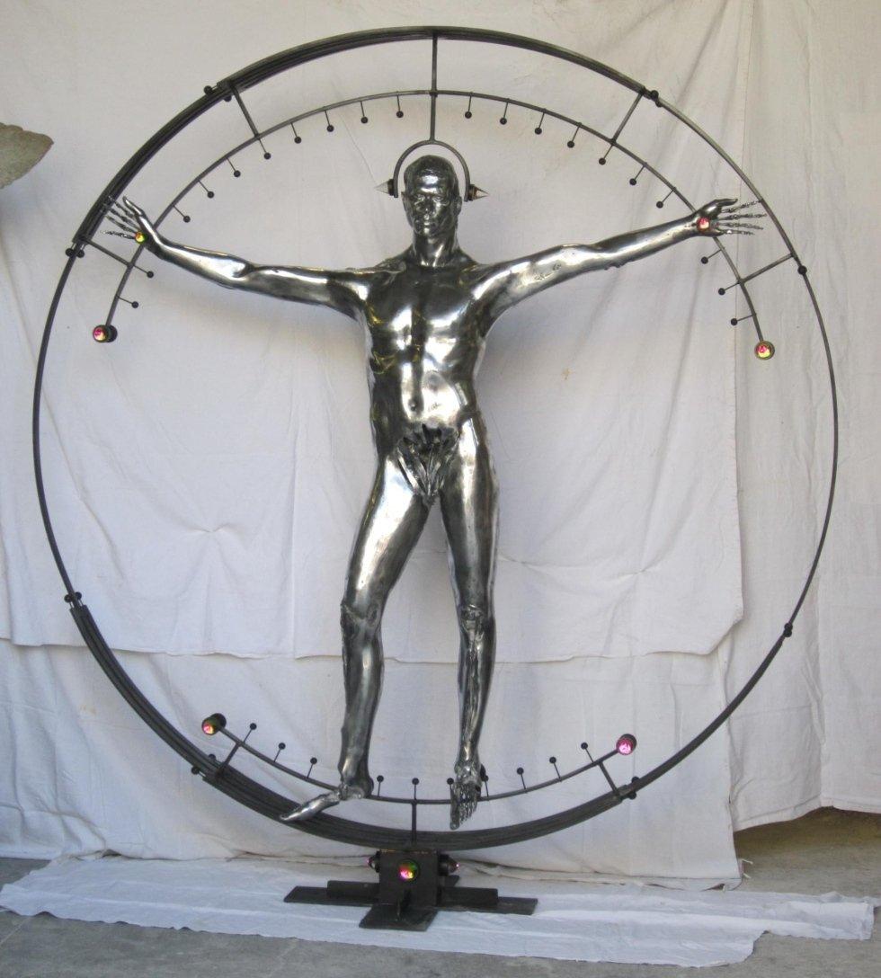 statua uomo in mezzo a un cerchio
