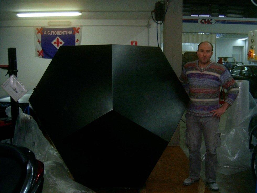 grande oggetto in metallo nero