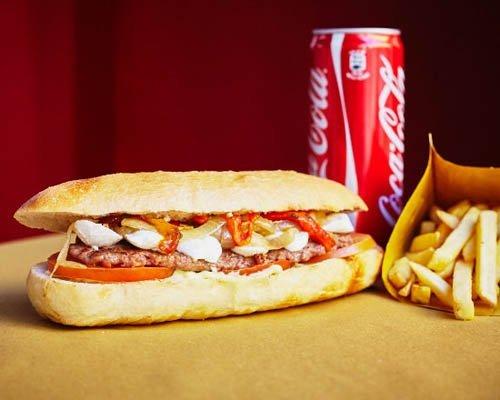 menu hot-dog farcito e patatine fritte e bevanda