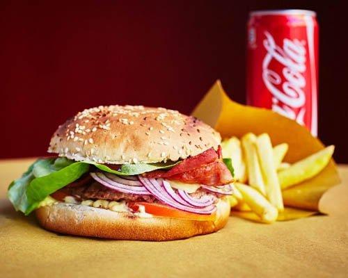 menu hamburger patatine fritte e bevanda