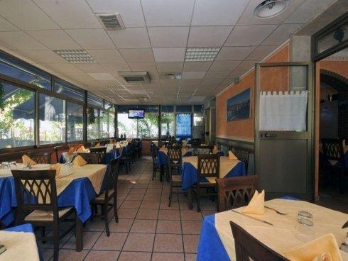 ristorante pizzeria con veranda esterna con vista sul giardino