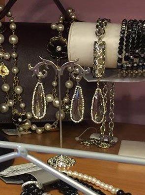 esposizione di orecchini, bracciali e collane con perline