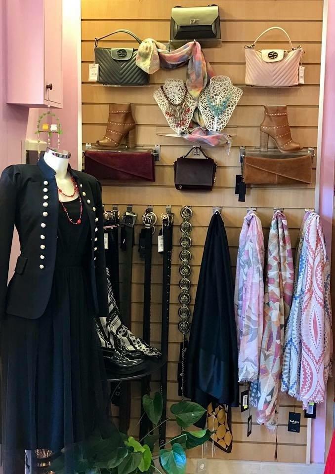 Interno del negozio di abbigliamento Sara Moda a Rocca Priora