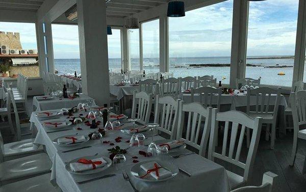 tavoli apparecchiati sulla terrazza del ristorante
