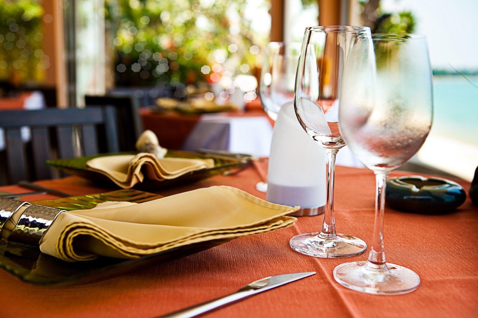 tavolo apparecchiato di un ristorante
