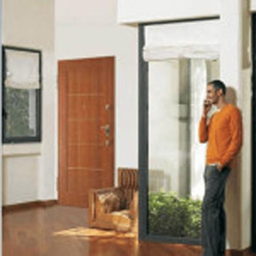 portone di entrata in legno in un ingresso e uomo al cellulare