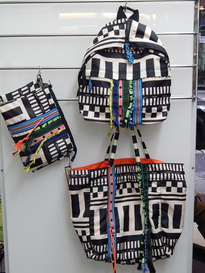 uno zaino e altre borse di color bianco e nero