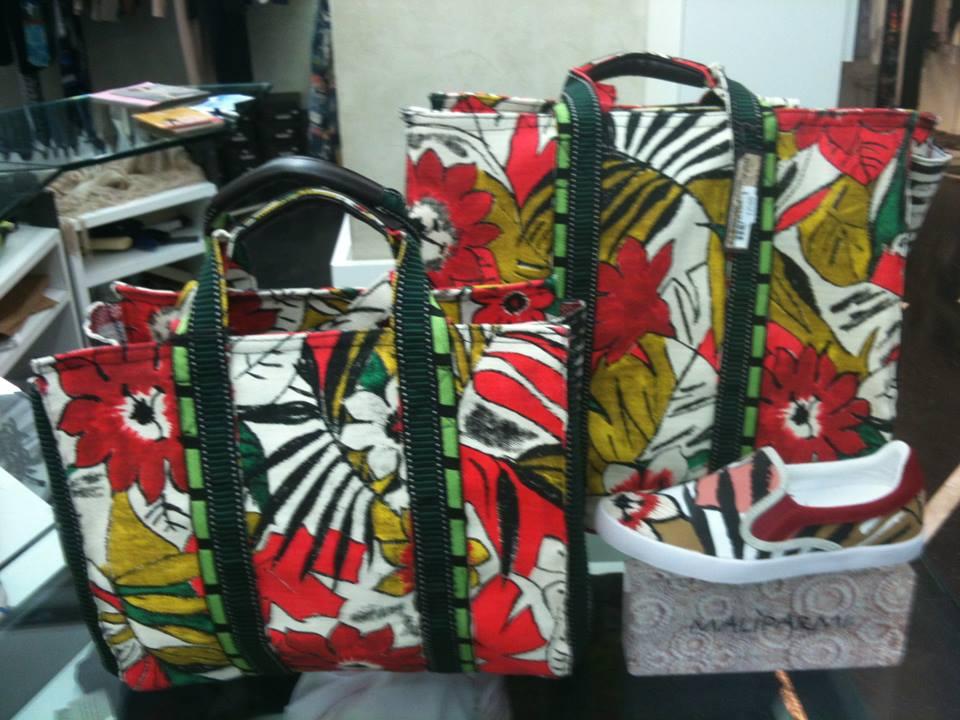 due borse con disegni a fiori di color rosso