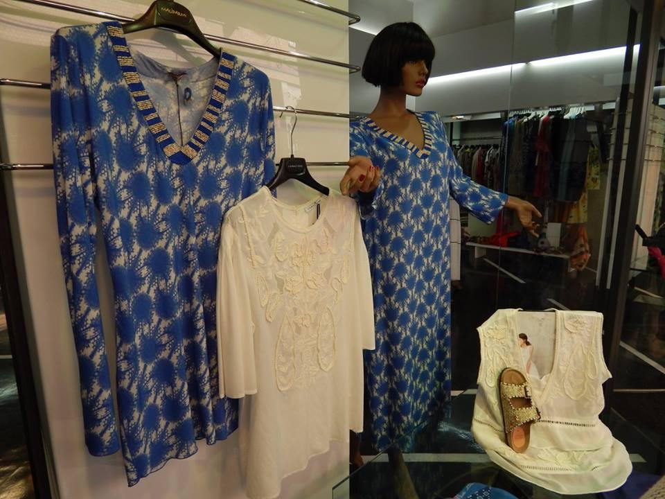 delle camicie lunghe di color blu e bianco