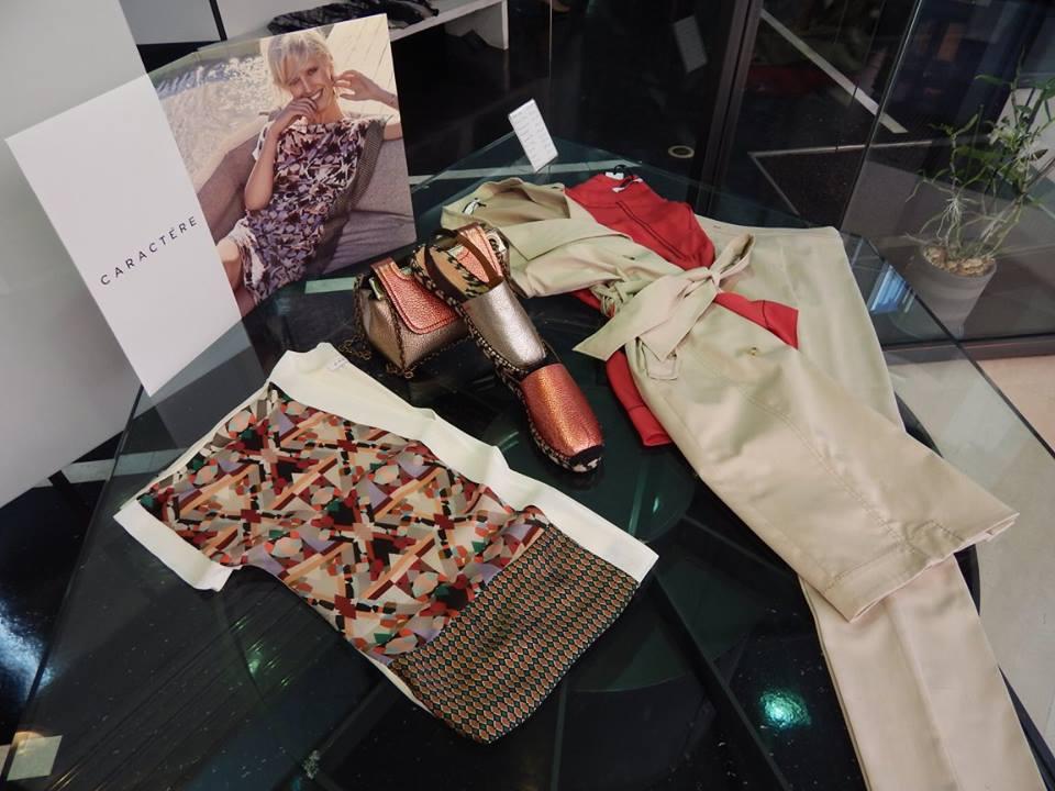 un abito e delle scarpe della marca Carattere