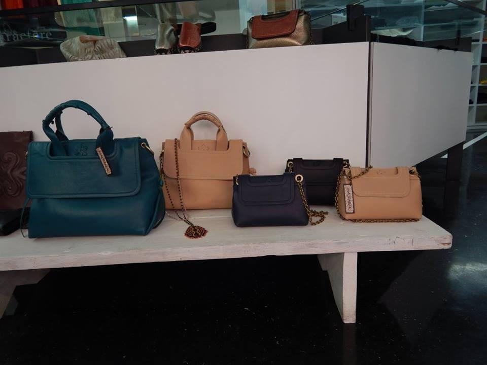 una mensola con delle borse di color blu e beige
