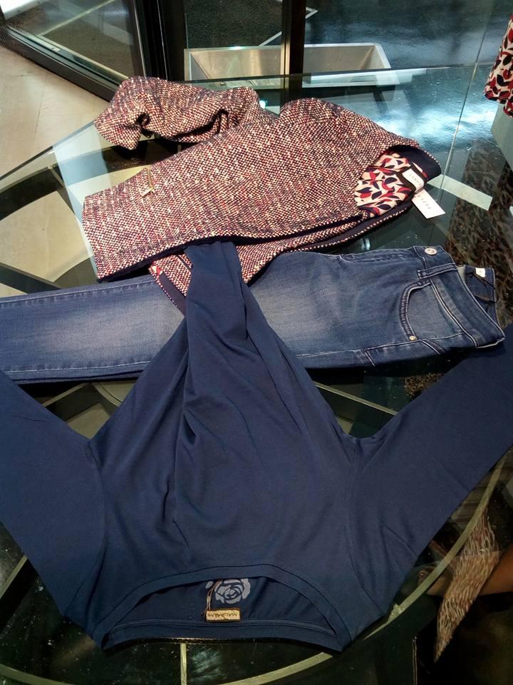 un paio di jeans, una maglia di color blu e una giacchetta