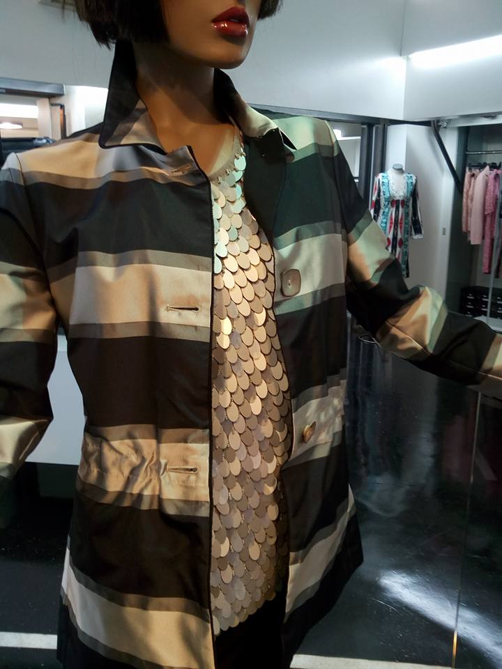 un manichino con un camicia color argento e una giacca di color argento e nero