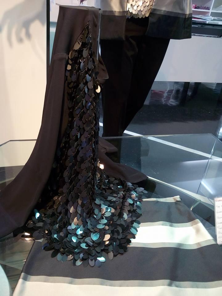un vestito da sera di color nero