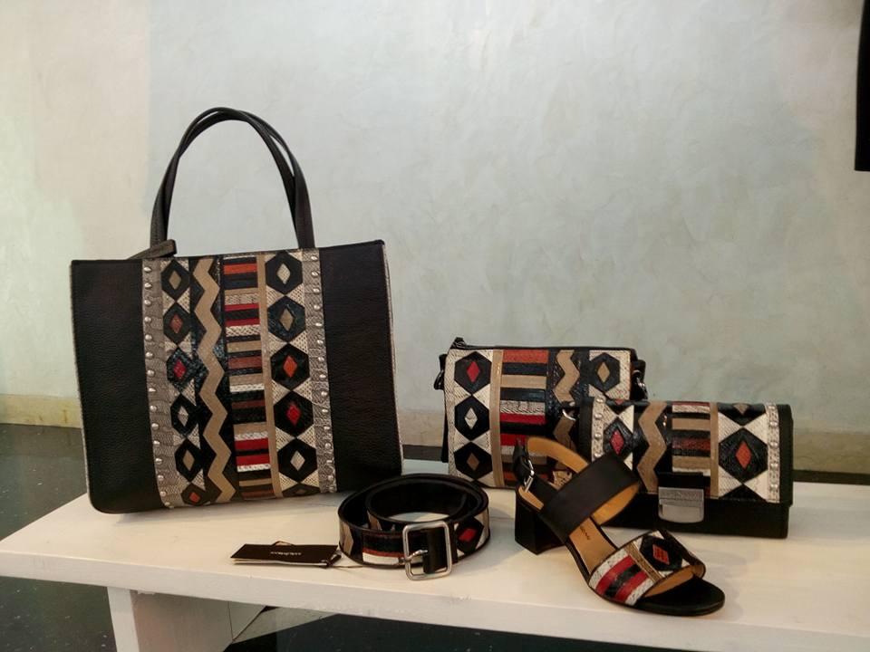 delle borse, dei sandali e una cintura di pelle di color bianco, rosso e argento