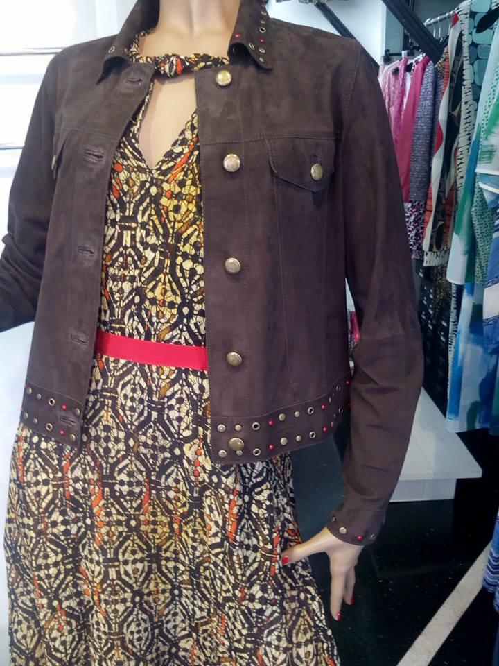 un manichino con un abito da donna estivo e una giacca