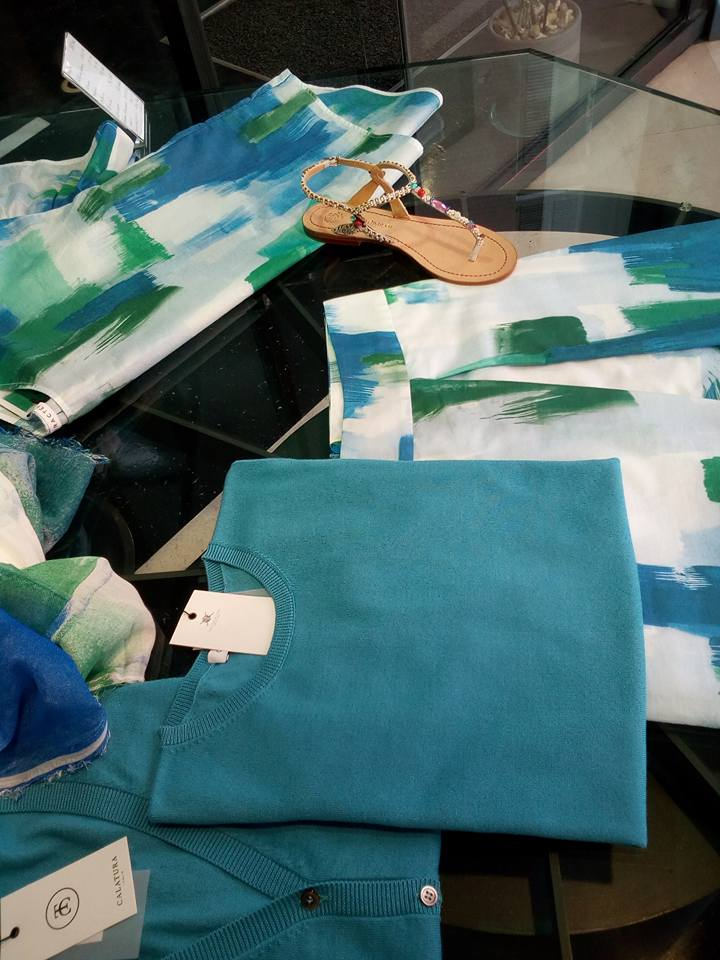 una maglietta di color azzurro e una gonna di color bianco e azzurro