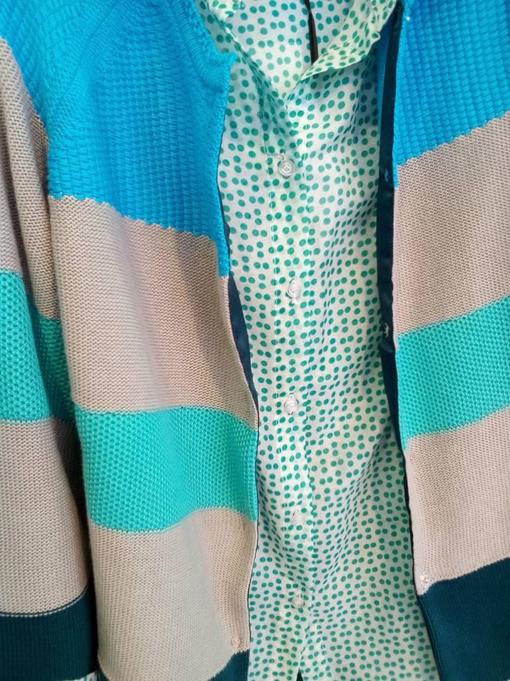una camicia di color bianco con pois di color verde
