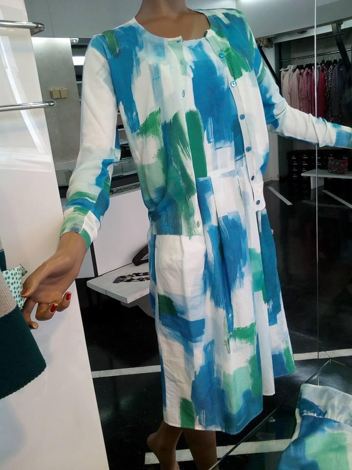 un tailleur in cotone di color bianco , azzurro e verde