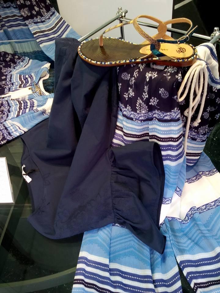 degli abiti di color blu e dei sandali estivi