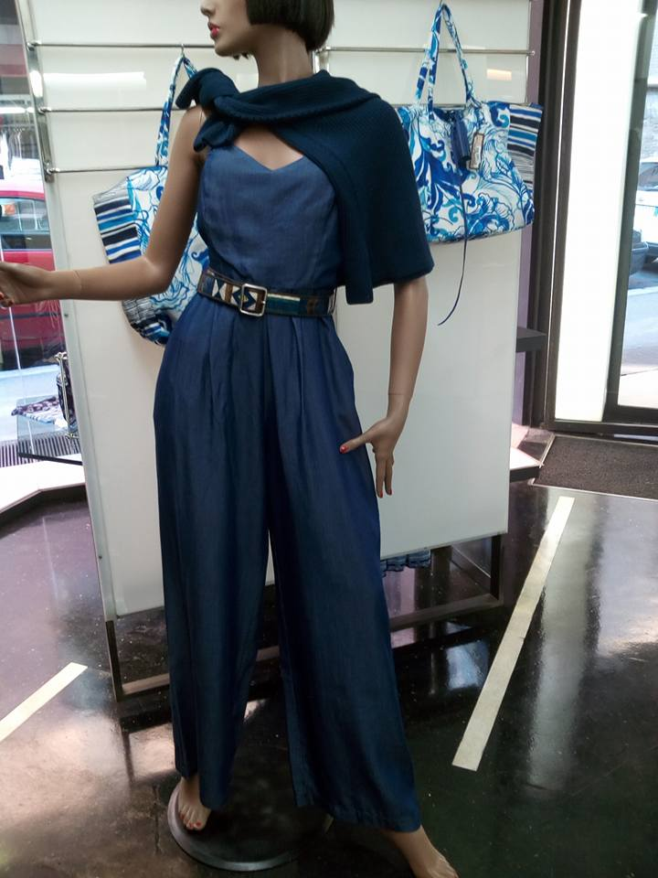 un manichino con una tuta di color blu con una cintura