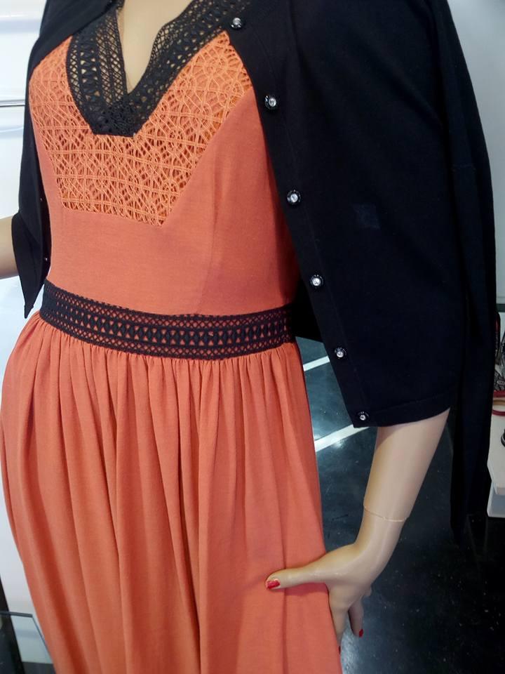 un manichino con una tuta di color arancione