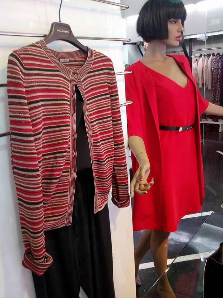 un manichino con un abito e giacca di color rosso