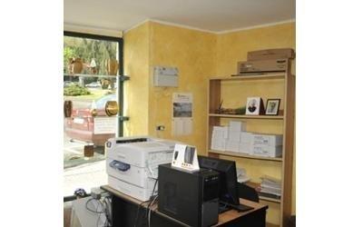 un ufficio con delle stampanti