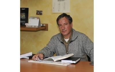 un uomo alla scrivania