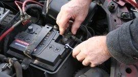 meccanico che ripara batteria di auto