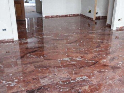 pavimentazione in marmo rosso dopo servizio di lucidatura
