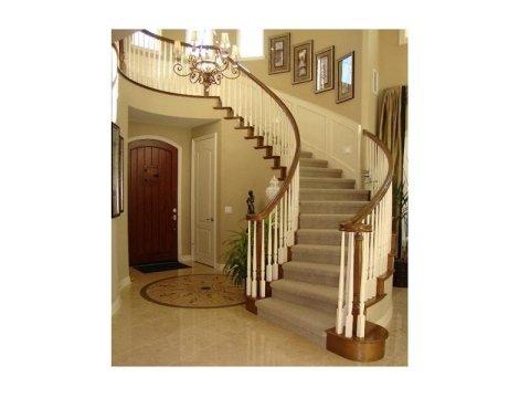 interno di villa con pavimento in marmo limpido
