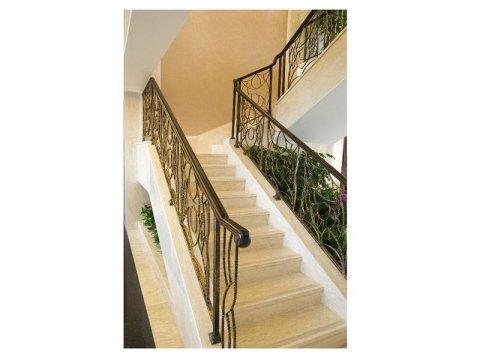 scalinata in marmo appena lucidata