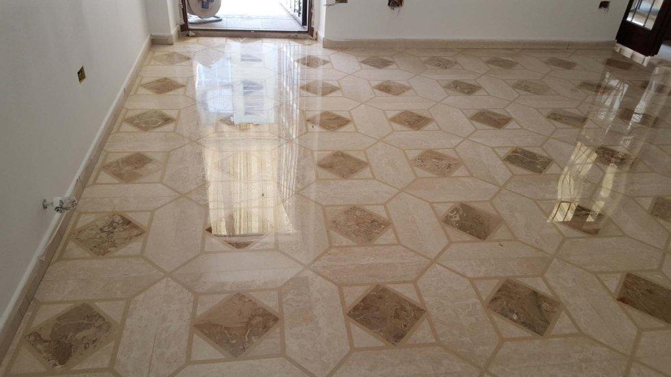 pavimento in marmo con motivo geometrico dopo lucidatura