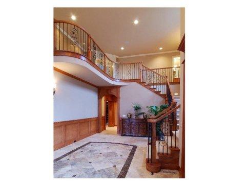 interno di edificio con pavimenti in granito e scala in legno