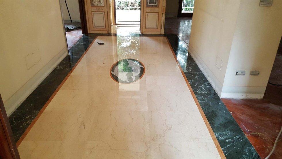 ingresso di un condominio con pavimento in marmo lucidato