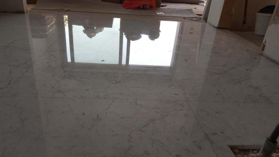 pavimento in marmo grigio lucidato