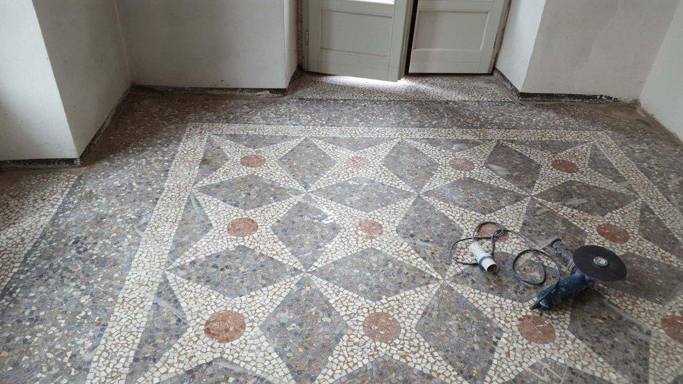 pavimento in pietra con decorazione geometrica