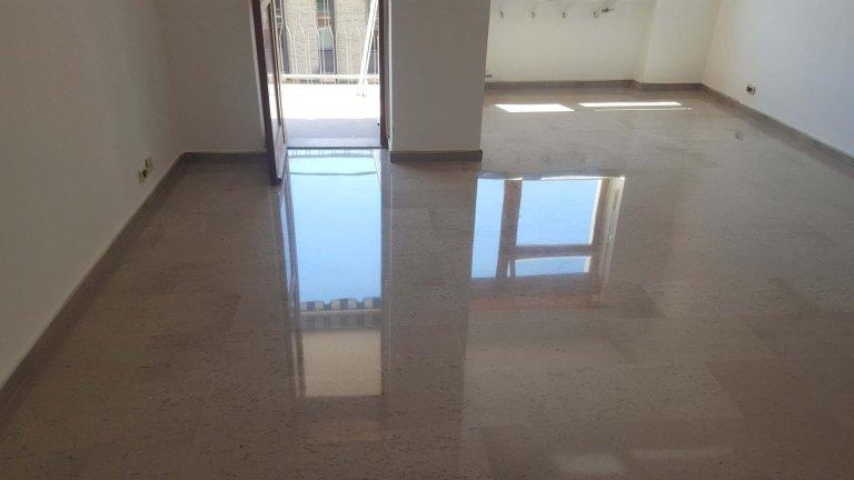 stanza con pavimento in marmo levigato