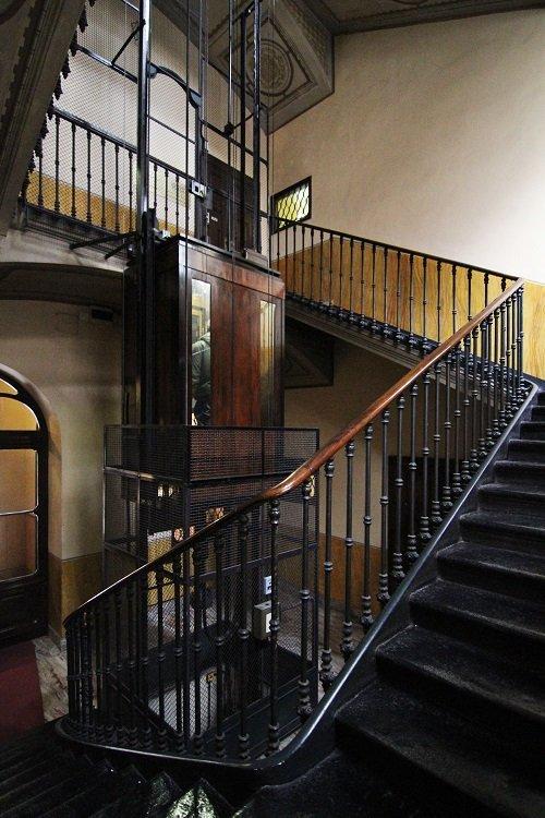 un ascensore e delle scale