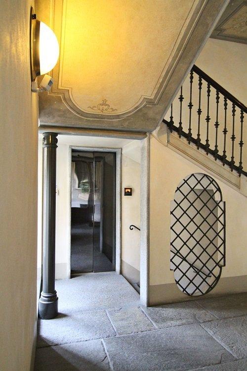un androne di un palazzo e vista di un ascensore