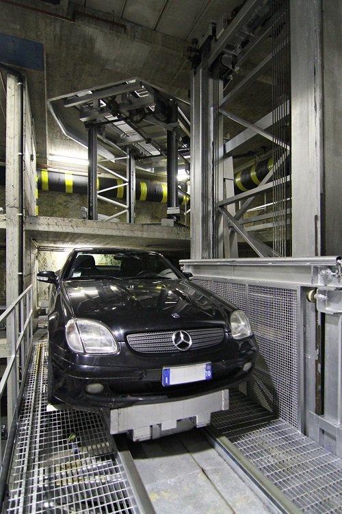 una Mercedes nera in un parcheggio sotterraneo