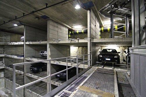 una passerella in acciaio di un parcheggio sotterraneo
