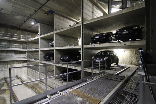 delle macchine parcheggiate in un parcheggio sotterraneo