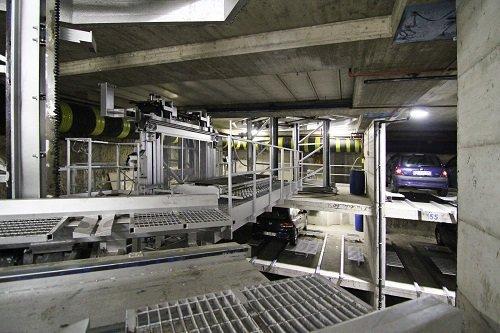 un parcheggio sotterraneo e vista delle macchine