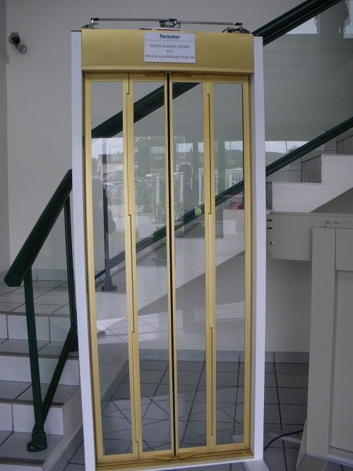 una porta gialla di un ascensore