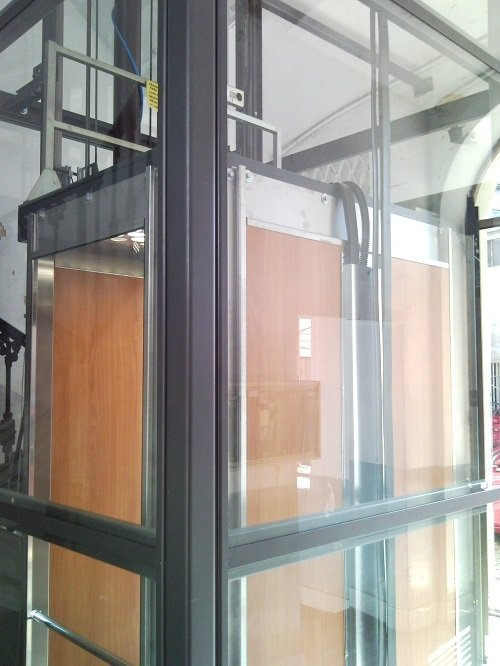 un ascensore in una cabina di vetro