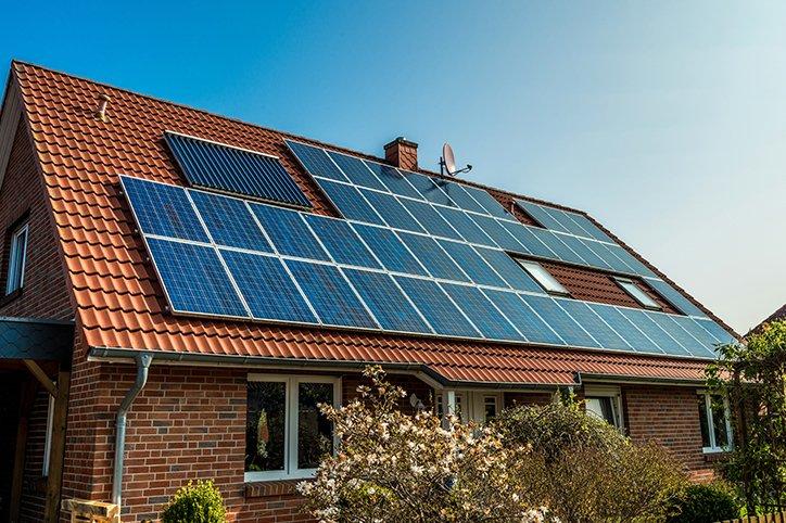 una casa con dei pannelli solari installati sul tetto